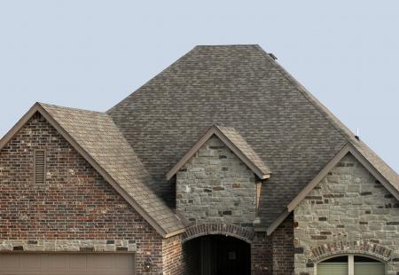 Casa con un nuevo techo de tejas y respiradero de la azotea Foto de archivo