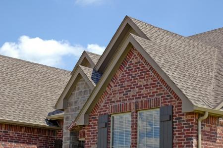 shingles: Línea del techo de una casa con gabels Foto de archivo