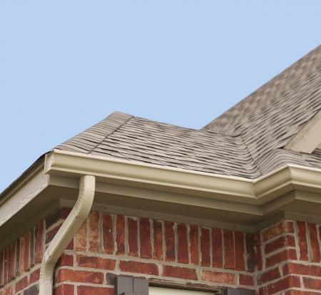 traufe: Haus Dach, Dachrinnen und Fallrohr an der Ecke eines Hauses Lizenzfreie Bilder