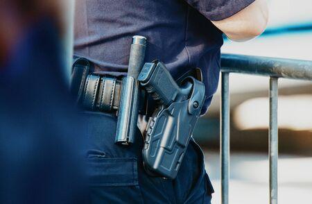 Manhattan 2019. Detrás de la policía con cinturón de armas. Foto de archivo