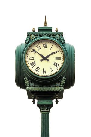 numeros romanos: reloj de estilo vintage en el pilar con números romanos sobre fondo blanco Foto de archivo