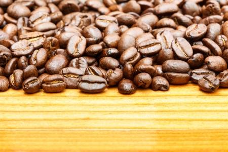 crop margin: Cierre de granos de caf� en el lado superior y el �rea en blanco en el lado inferior de la mesa de madera