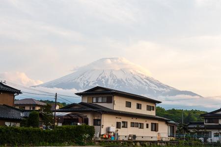 Fujiyama (extinct volcano) and house in Japan Publikacyjne