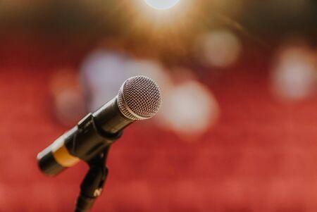 Zbliżenie mikrofonu stojącego na scenie przed koncertem