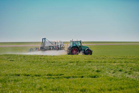 Ackerschlepper im Feld arbeiten Standard-Bild
