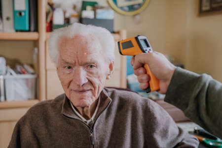 Old man measured temperature with thermometer Stock fotó
