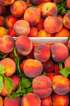 fresh ripe peaches in a box Stockfoto