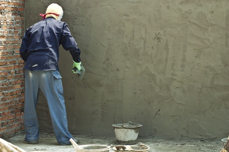 bricklayer: alba�il trabajando en el sitio de construcci�n.