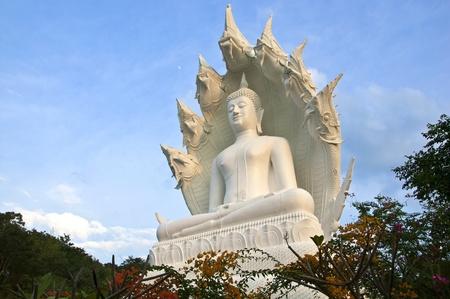 grande statue de Bouddha blanc au Wat Kiri Suban. Province de Lampang, Tha�lande