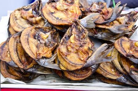 c'est le groupe et le tas de poissons s�ch�s pour la cuisine de style traditionnel tha� Banque d'images