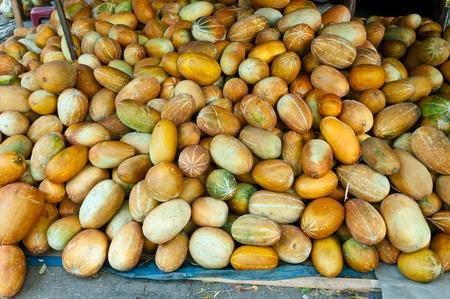Tas de melon pour le d�tail sur le march� � Lampang, Tha�lande Banque d'images