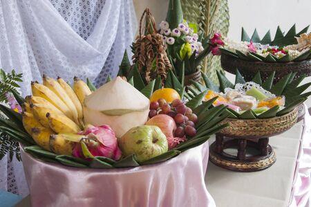 Groupe des fruits de style tha� et dessert sur feuille de bananier