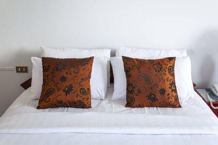 Int�rieur Chambre avec lit double oreillers brunes