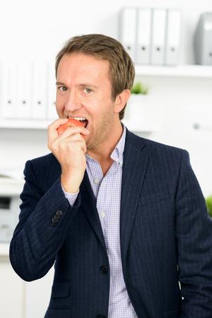 man eating apple Standard-Bild