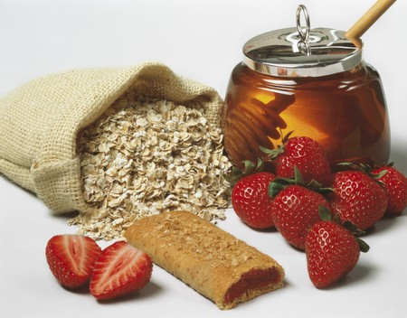 rolled oats: Rolled oats. strawberries. strawberry slice and honey