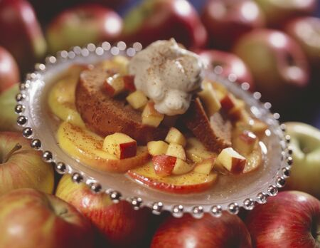 spice cake: Spice cake on caramelised apple with whipped cream