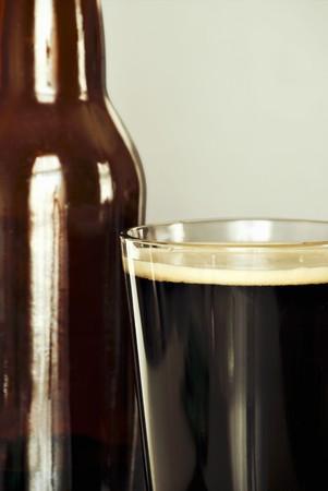 cerveza negra: Botella y pinta de cerveza negra