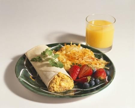 hash browns: Breakfast Burrito con Hash Browns e succo d'arancia