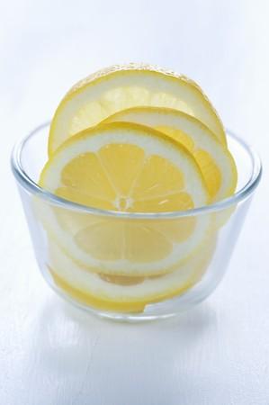 lemon slices: Fette di limone in una ciotola di vetro
