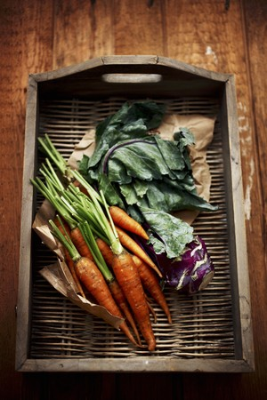 kohl: Carrots and kohlrabi on a wicker tray