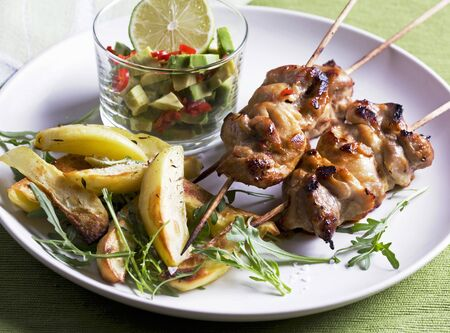 roquette: Chicken kebabs with avocado salsa, potatoes and rocket