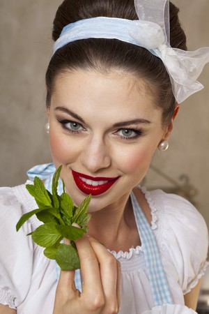 mint leaves: A retro-style girl holding fresh mint leaves LANG_EVOIMAGES
