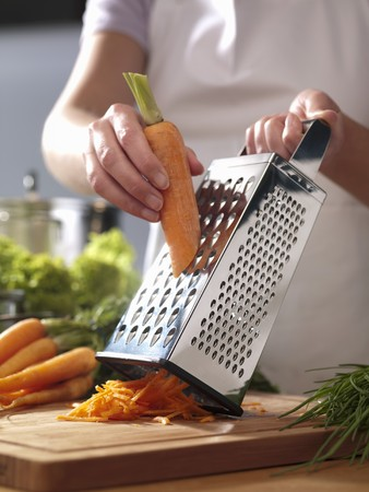 grating: Grating carrots LANG_EVOIMAGES