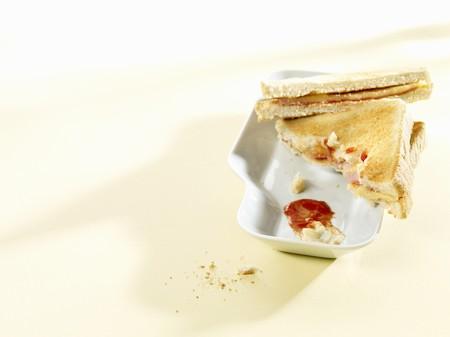 ham sandwich: Formaggio tostato e panino al prosciutto con un morso fuori