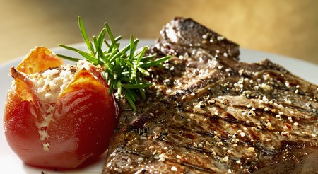 broiling: Grilled T-bone steak with tomatoes and rosemary LANG_EVOIMAGES