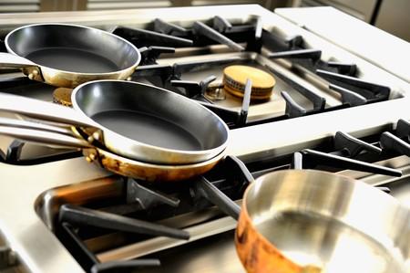 gas cooker: Varias ollas en la cocina de gas