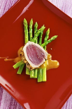 tunafish: Tuna with a spicy crust on green asparagus with a soya dressing LANG_EVOIMAGES