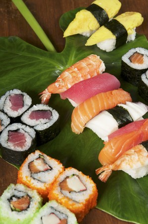 tunafish: Various types of sushi on a leaf LANG_EVOIMAGES