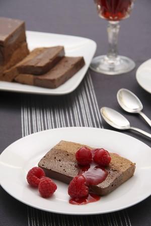 chocolade mousse: Chocolademousse cake met frambozen LANG_EVOIMAGES