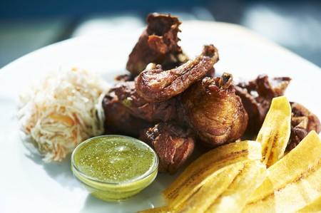 Chicharrón de Pollo (Deep Fried Chicken) mit Spitzwegerich Chips