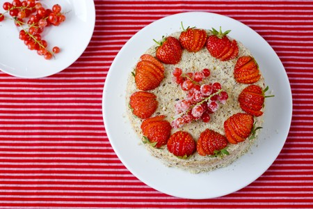 redcurrant: A strawberry and redcurrant cake LANG_EVOIMAGES
