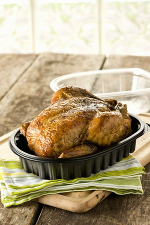 pollo rostizado: Pollo Asado en envase de plástico con tapa LANG_EVOIMAGES