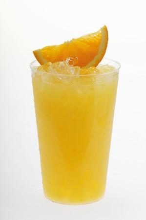 ice crushed: Sinaasappelsap met crushed ijs en wig van oranje