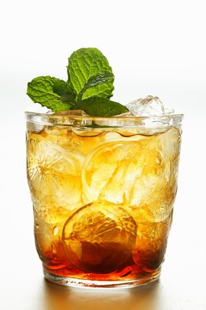 iced tea: Iced tea with fresh mint LANG_EVOIMAGES
