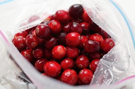 vaccinium macrocarpon: Cranberries in freezer bag (from above) LANG_EVOIMAGES