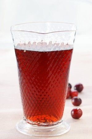 vaccinium macrocarpon: Cranberry juice in glass; fresh cranberries LANG_EVOIMAGES