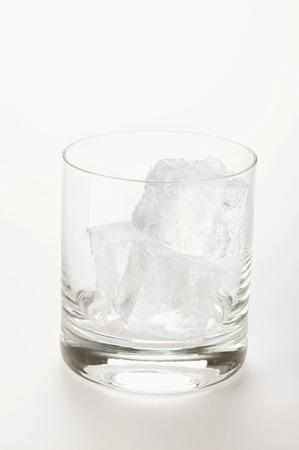 vaso vacio: Vaso vac�o con cubitos de hielo LANG_EVOIMAGES
