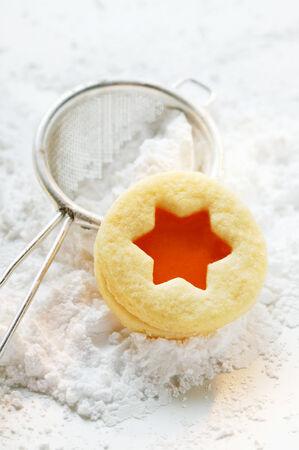 marillenmarmelade: Biscuits mit Aprikosenmarmelade auf Puderzucker LANG_EVOIMAGES
