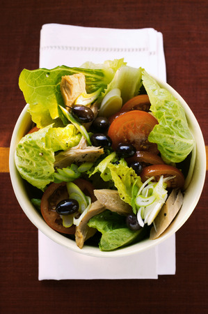 tunafish: Romaine lettuce with tuna, onions, tomatoes and olives LANG_EVOIMAGES