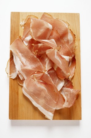 jamones: Rebanadas de jamón crudo sobre tabla de cortar