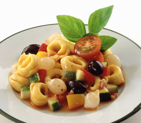 cocozelle: Tortellini with tomatoes, olives and courgettes