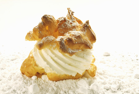 sucre glace: chou � la cr�me avec le sucre � la cr�me et cerise
