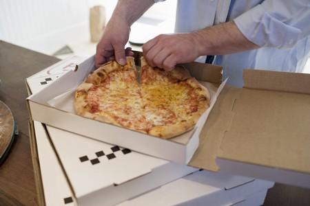 pizza box: Hombre que toma el pedazo de pizza Margherita de caja de pizza