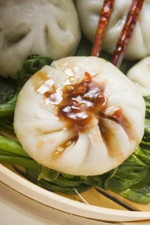 hoisin sauce: Filled yeast dumplings with Hoisin sauce on pak choi (Thailand) LANG_EVOIMAGES