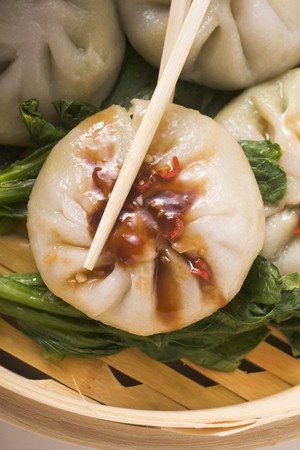 hoisin sauce: Filled yeast dumplings with hoisin sauce on pak choi (Thailand)