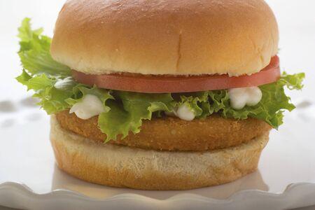 hamburguesa de pollo: Hamburguesa de pollo con tomate, lechuga y mayonesa